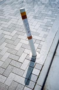 曲げられた歩道のポールの写真素材 [FYI02649655]