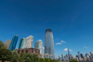 ニュージャージーの新興高層住宅とマンハッタン摩天楼の写真素材 [FYI02649663]