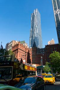 ロワーマンハッタンの歴史的建物の後ろに建つビークマンタワー ニューヨークの写真素材 [FYI02649687]