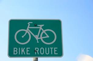 自転車のルートを示す標識の写真素材 [FYI02649689]