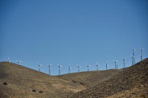 並ぶ風力発電の風車の写真素材 [FYI02649691]