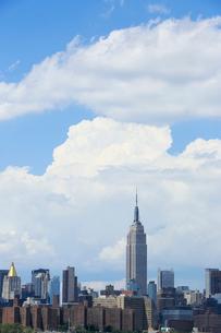 ミッドタウン,マンハッタン摩天楼に浮かぶ雲の写真素材 [FYI02649713]