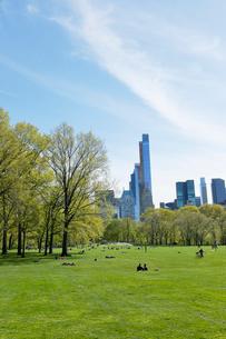 新緑のシープメドーとマンハッタン スカイラインの写真素材 [FYI02649721]