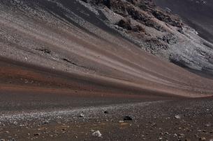 ハレアカラ山頂スライディング・サンズ・トレイル斜面の写真素材 [FYI02649722]