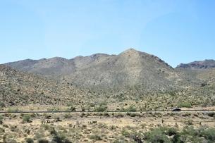 岩山と走る車の写真素材 [FYI02649758]