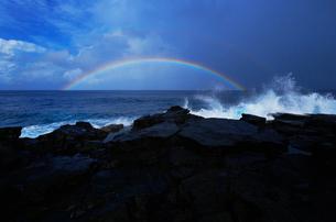 波立つ海岸線に架かる虹と雲の写真素材 [FYI02649759]