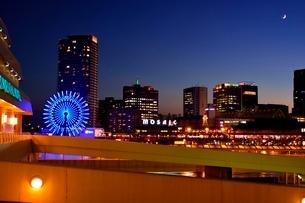夜景,神戸港中突堤からハーバランドモザイクの写真素材 [FYI02649769]
