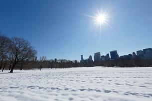 雪に覆われたシープメドーとマンハッタン スカイラインの写真素材 [FYI02649781]