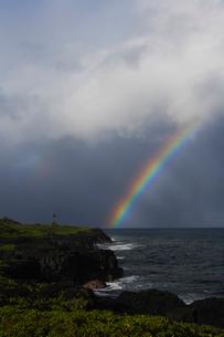 溶岩台地の海岸と水平線に架かる虹の写真素材 [FYI02649800]