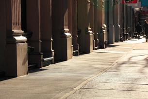 ソーホー ロフトビルと歩道の写真素材 [FYI02649831]