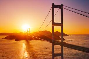 糸山公園展望台から望む来島海峡大橋と朝日の写真素材 [FYI02649860]