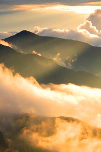 老ノ倉山の山並みと雲海と光芒 夕景の写真素材 [FYI02649863]