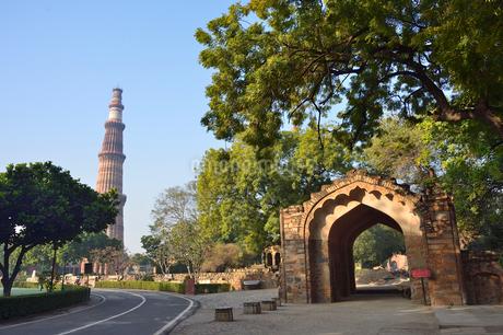 インドで一番高い塔があるクトゥブ・ミナールと複合建築群の写真素材 [FYI02649883]
