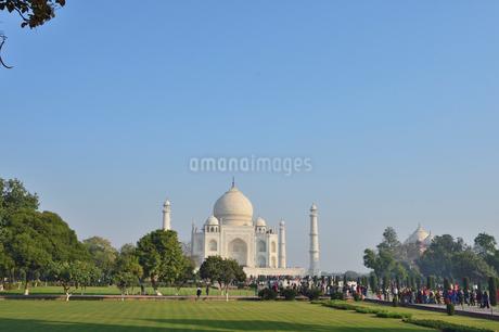 タージ・マハールの建造物群の中の墓廟と庭園の写真素材 [FYI02649890]