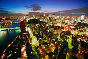薄暮の明石町から望む西南西方向のビル群と東京タワーと隅田川の写真素材 [FYI02649929]