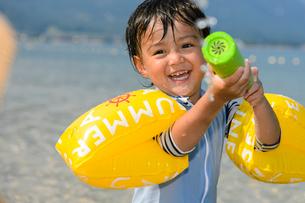 水鉄砲で遊ぶ男の子の写真素材 [FYI02649932]