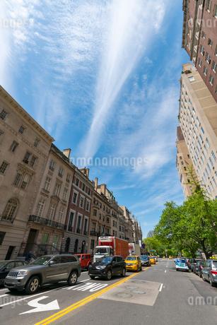 セントラルパークイーストの高級住宅街を覆う春の雲 アッパーマンハッタン ニューヨークの写真素材 [FYI02649959]