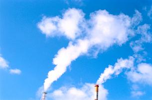 青空な白煙を上げる煙突の写真素材 [FYI02649981]