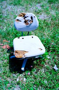海岸草地に捨てられた椅子の写真素材 [FYI02649990]