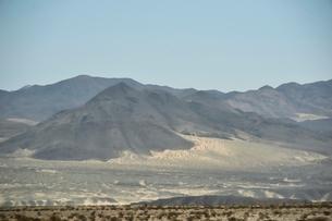 墨絵のように見える山のある風景の写真素材 [FYI02649995]