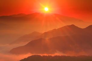 浅間山などの山並みと朝日の写真素材 [FYI02649998]