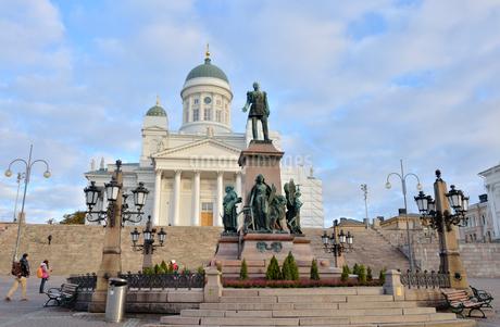 元老院広場にあるアレクサンドル2世の像とヘルシンキ大聖堂の写真素材 [FYI02650018]