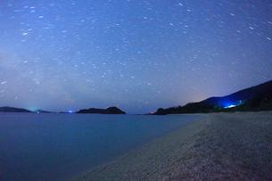 古座間味ビーチの海と安室島など慶良間諸島と星空の写真素材 [FYI02650044]
