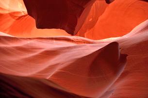 赤味を帯びた沢山の縞模様の地層があるアンテロープ・キャニオンの写真素材 [FYI02650047]