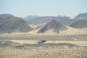 墨絵のように見える山のある風景の写真素材 [FYI02650053]