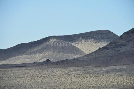 墨絵のように見える山のある風景の写真素材 [FYI02650068]