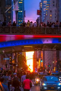 マンハッタンヘンジに染まる街並みと空と人々。の写真素材 [FYI02650105]