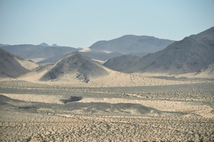 墨絵のように見える山のある風景の写真素材 [FYI02650107]