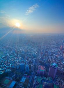 台北101展望台から望むビル群と信義路の夕景の写真素材 [FYI02650154]