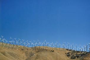 並ぶ風力発電の風車の写真素材 [FYI02650165]
