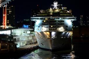 神戸港にMARINER OF THE SEASが停泊の夜景の写真素材 [FYI02650169]