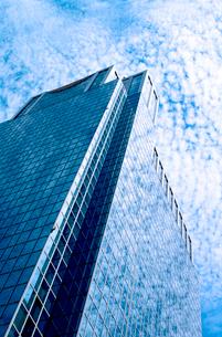 鱗雲を映す高層ビルの写真素材 [FYI02650180]