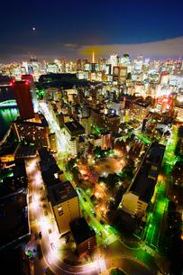 明石町から望む西南西方向のビル群と東京タワーと三日月の写真素材 [FYI02650192]