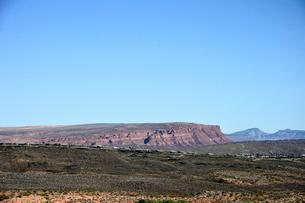 地層が見える平たい岩山の写真素材 [FYI02650196]