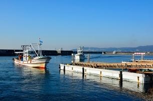神戸 垂水漁港 イカナゴ漁船が帰るの写真素材 [FYI02650201]