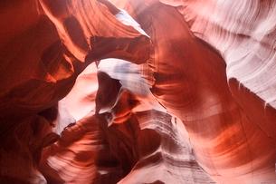 赤味を帯びた沢山の縞模様の地層があるアンテロープ・キャニオンの写真素材 [FYI02650225]