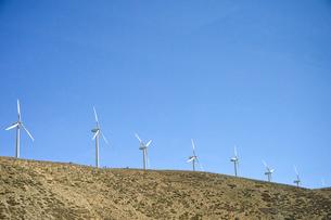 並ぶ風力発電の風車の写真素材 [FYI02650255]