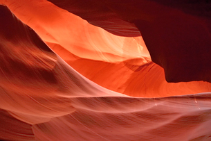 赤味を帯びた沢山の縞模様の地層があるアンテロープ・キャニオンの写真素材 [FYI02650260]
