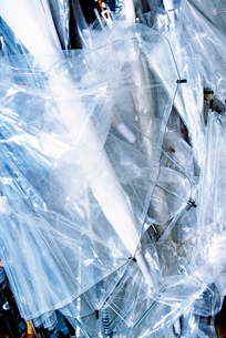 ゴミ置き場に集められたビニール傘の写真素材 [FYI02650261]