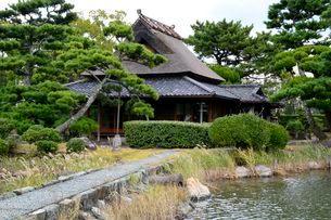 琴の浦 温山荘園 東池から主屋を見るの写真素材 [FYI02650295]