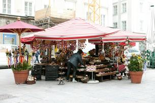 モーツァルト広場の土産物屋の写真素材 [FYI02650308]