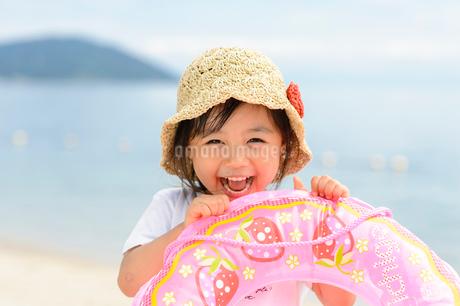 夏の海で浮き輪を持った女の子の写真素材 [FYI02650320]