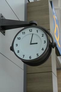 インチョン空港内の時計の写真素材 [FYI02650325]
