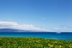ワイレアビーチとナウパカと海に浮かぶ船と雲と西マウイの写真素材 [FYI02650346]