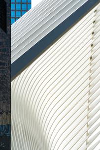 パストレーン ワンワールドトレードセンター駅の外装のウィングとワールドファイナンシャルセンターのビルの写真素材 [FYI02650359]