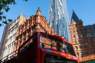 ロワーマンハッタンの歴史的建物の後ろに建つビークマンタワー ニューヨークの写真素材 [FYI02650365]